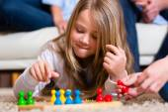 Jugar juego de mesa en casa de familia — Foto de Stock