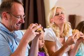 Famiglia è mangiare hamburger o fast food — Foto Stock
