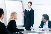 Biznes - prezentacja w ramach zespołu w biurze — Zdjęcie stockowe