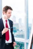 Biznesmen patrząc flipchart w biurze — Zdjęcie stockowe
