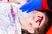 Ambulance arts zuurstof te geven aan vrouwelijke slachtoffer — Stockfoto