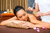 Piękna kobieta Azji otrzymania masażu — Zdjęcie stockowe