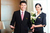 Hotel manager welcoming VIP guests — Stock Photo