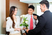 Hotel manager welcome VIP guests — Stock Photo