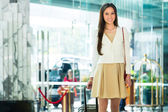 Woman at hotel entrance arriving — Stock Photo