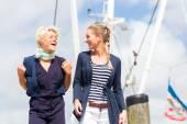 Freunde stehen an Marina pier — Stockfoto
