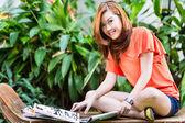 Jonge Aziatische vrouw modeblad lezen — Stockfoto