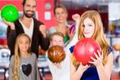 家族でボウリング センター — ストック写真