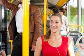 Женщины пассажира в автобусе — Стоковое фото