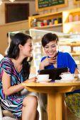 Młode kobiety w Azji kawiarnia — Zdjęcie stockowe