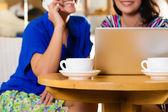 Junge Frauen in einem asiatischen coffeeshop — Stockfoto