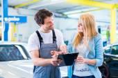 Mecánico taller entregando coche al cliente — Foto de Stock