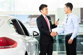 Auto-Verkäufer verkaufen Auto an Kunden — Stockfoto