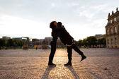 在城市的人拥抱女友 — 图库照片