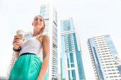 Büyükşehir şehir gitmek için kahve kadının — Stok fotoğraf
