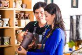 Kunden in einem asiatischen Töpferei — Stockfoto