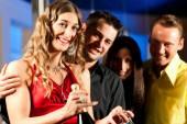 Lidé s koktejly v baru nebo klubu — Stock fotografie