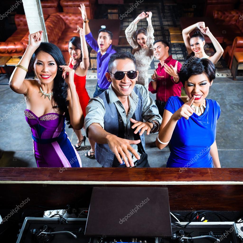 menschen feiern auf der tanzfläche in nachtclub — stockfoto