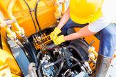 Asiáticos mecânico reparação veículo de construção — Fotografia Stock