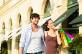 Couple shopping and spending money in city — Stock Photo