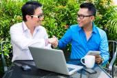 Asiatiska affärsmän arbeta utomhus — Stockfoto
