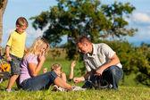 Família na fuga com bicicletas — Fotografia Stock