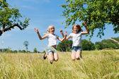 Bir çayırda mutlu çocuk — Stok fotoğraf