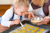 Mother and daughter baking cookies together — Stock Photo