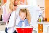 Atención madre niño enfermo con baño de vapor — Foto de Stock