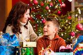 圣诞礼物在圣诞节前夕的家庭 — 图库照片