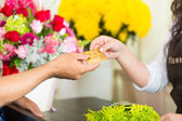 Cashless - Flower purchase with credit card — Stock Photo