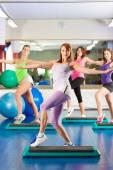 健身俱乐部-培训和在健身房锻炼 — 图库照片