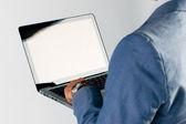 Бизнесмен, использующий ноутбук — Стоковое фото