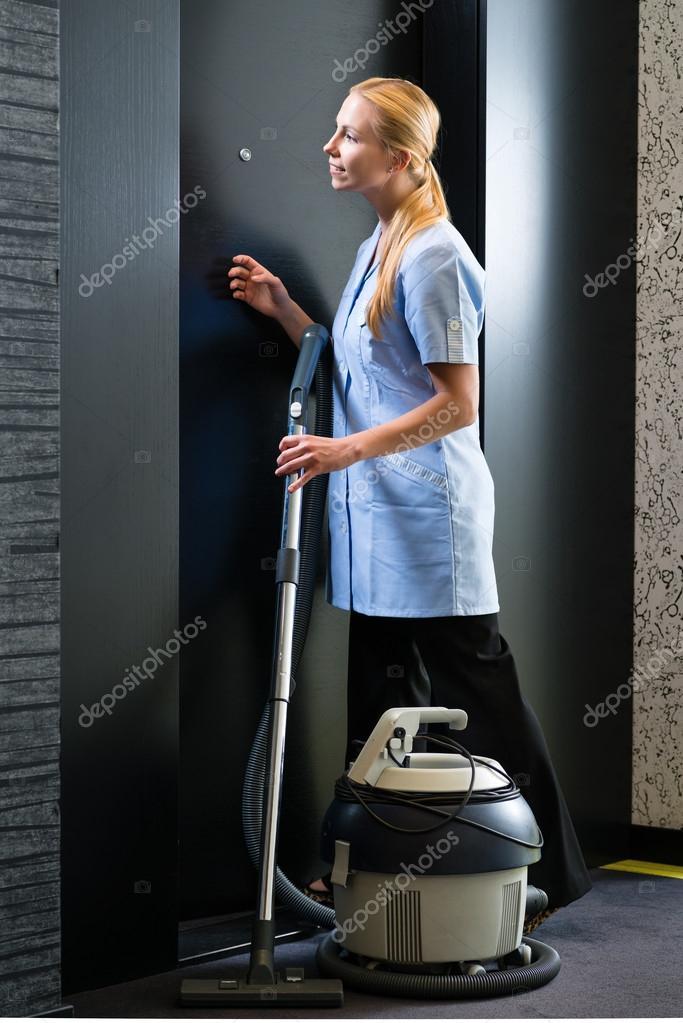 service dans l 39 h tel femme de m nage avec aspirateur photo 82324442. Black Bedroom Furniture Sets. Home Design Ideas