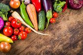 Grönsaker på träbord — Stockfoto