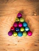 Sfere di Natale in forma di alberi di Natale sul pavimento di legno — Foto Stock