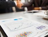Close-up de mãos femininas e masculinas apontando para documento de negócios enquanto a discuti-lo — Fotografia Stock