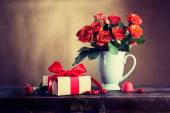 Vintage gift box and flowers — Stock Photo