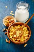 Crunchy cornflakes cereal and milk — Stock Photo