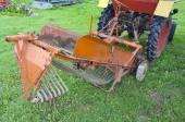 Potato harvesting small combine machinery in farm  — 图库照片