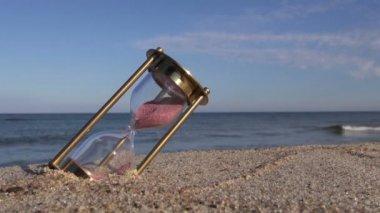 Brass ancient hourglass sandglass clock on sea beach sand — Stock Video
