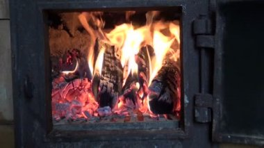Winter fire in old used furnace fireplace — Stock Video