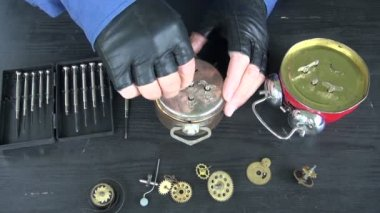 Watchmaker repair analog clock — Stockvideo