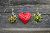 Red cloth heart and two bunch wild strawberry on wall — Fotografia Stock