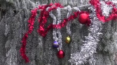 Hoarfrost and Christmas New Year toys on fir tree branch — Stock Video