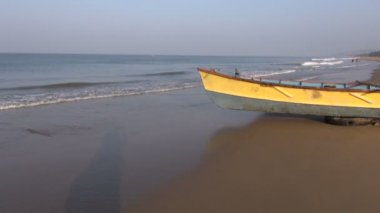 Colorful wooden boat on Kerala beach, India — Stock Video