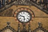 Ozdobny zegar na ścianie dworca kolejowego Azji — Zdjęcie stockowe
