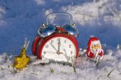 New year clock and Christmas santa claus toy on snow — Stok fotoğraf