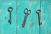 Two antique metal key and rusty scissors on wall — Foto de Stock