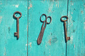 Two antique metal key and rusty scissors on wall — Foto Stock